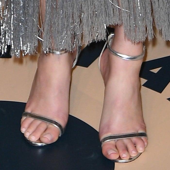 Elizabeth Banks's pretty feet in silver metallic 'Minny' sandals