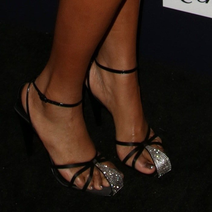 Jennifer Hudson tries to cover up her foot corns