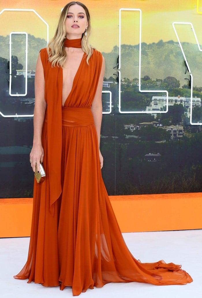 Margot Robbie looked lovely in a burnt orange Oscar de la Renta gown