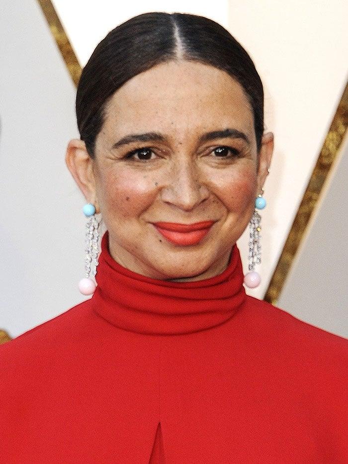 Maya Rudolph wearing Irene Neuwirth dangling bead earrings at the 2018 Oscars.