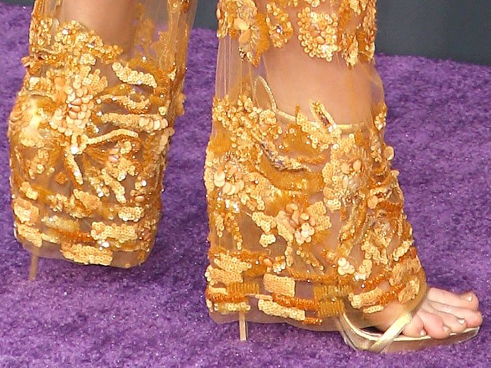 Details of the Le Silla 'Award' gold strappy sandals on Evangeline Lilly.