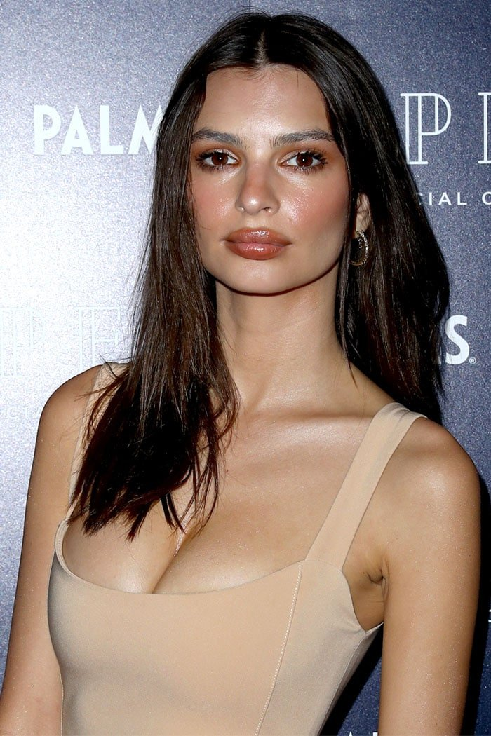 Emily Ratajkowski rocking sparsely filled-in eyebrows and unevenly applied lip liner.