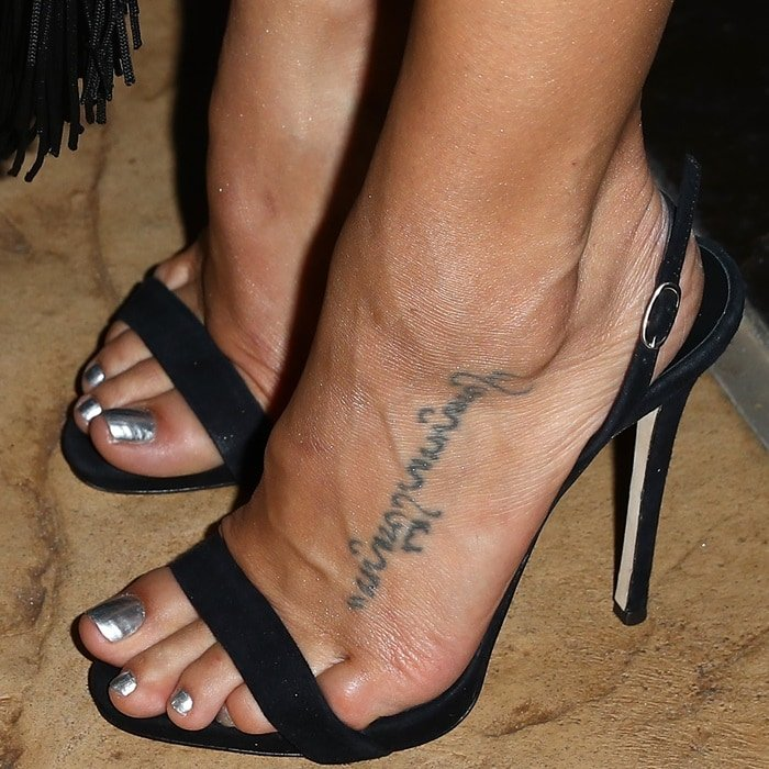Jenna Dewan showing off her feet in black sandals