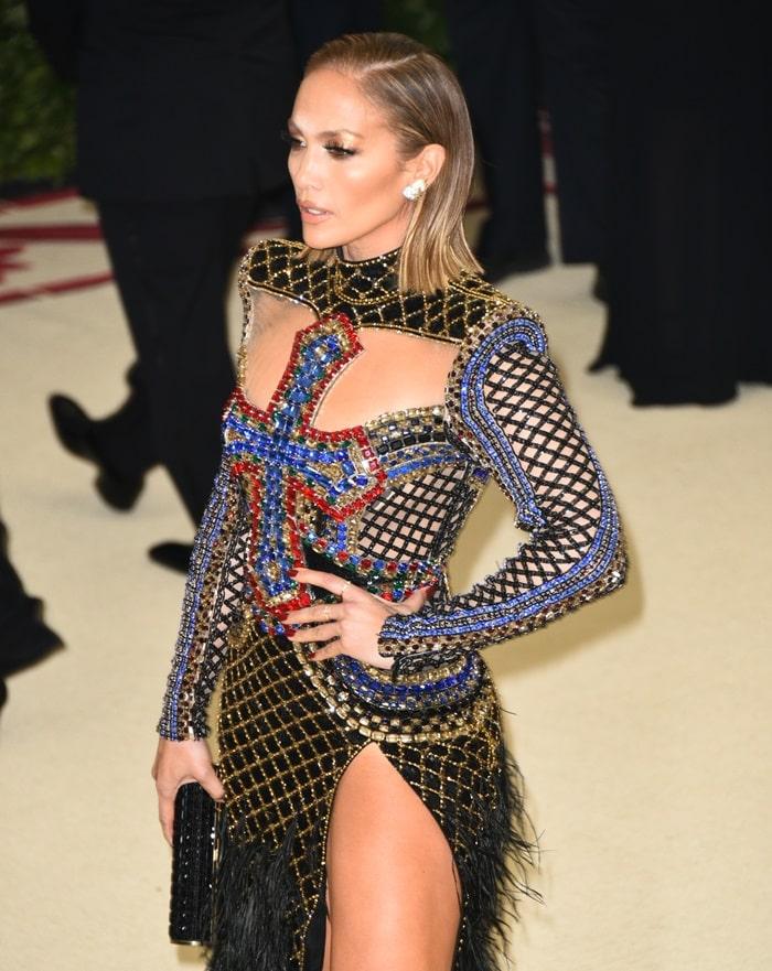 Jennifer Lopez showing off herTiffany diamond earrings