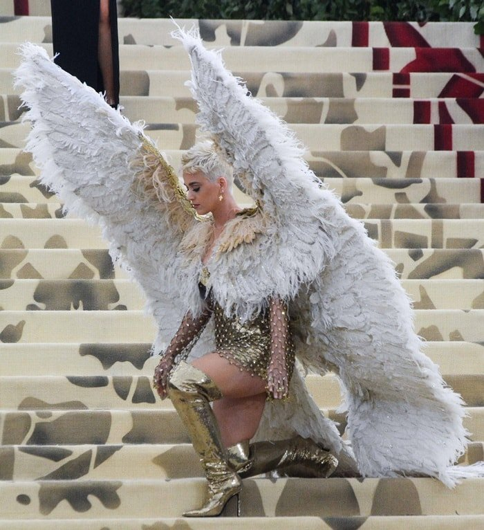 Katy Perry showing off herwhite dramatic feather wings