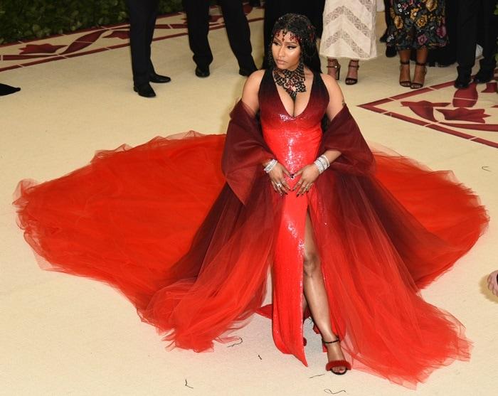 Nicki Minaj showed off some major cleavage in a black and redombréOscar de la Renta gown