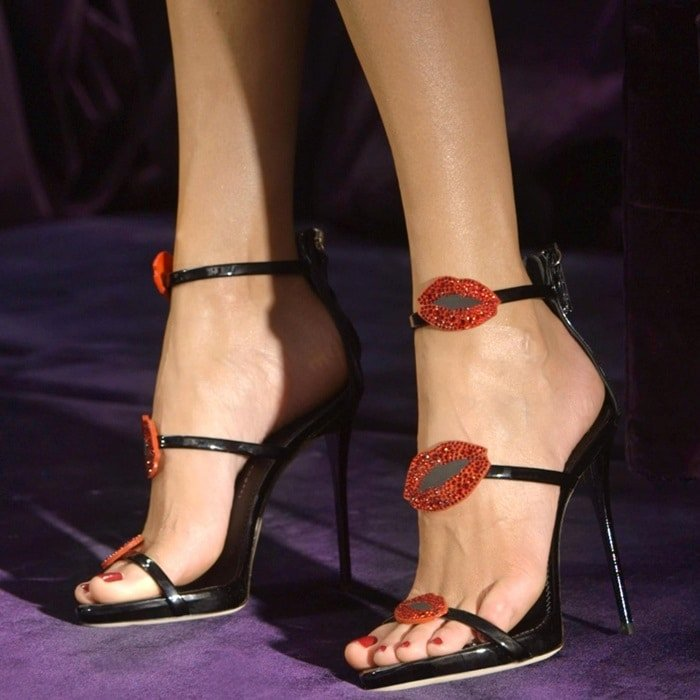 Slinky patent leather sandals with shimmering red lip embellishments