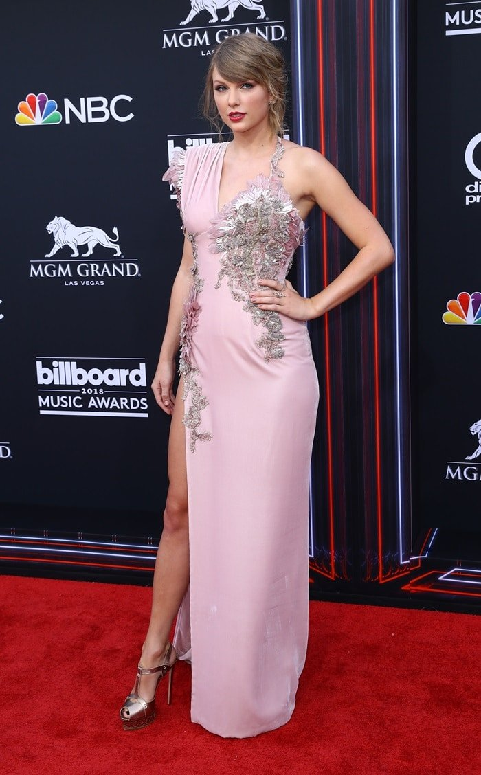 Taylor Swift flaunted her legs in a rose-colored beaded Versace dress