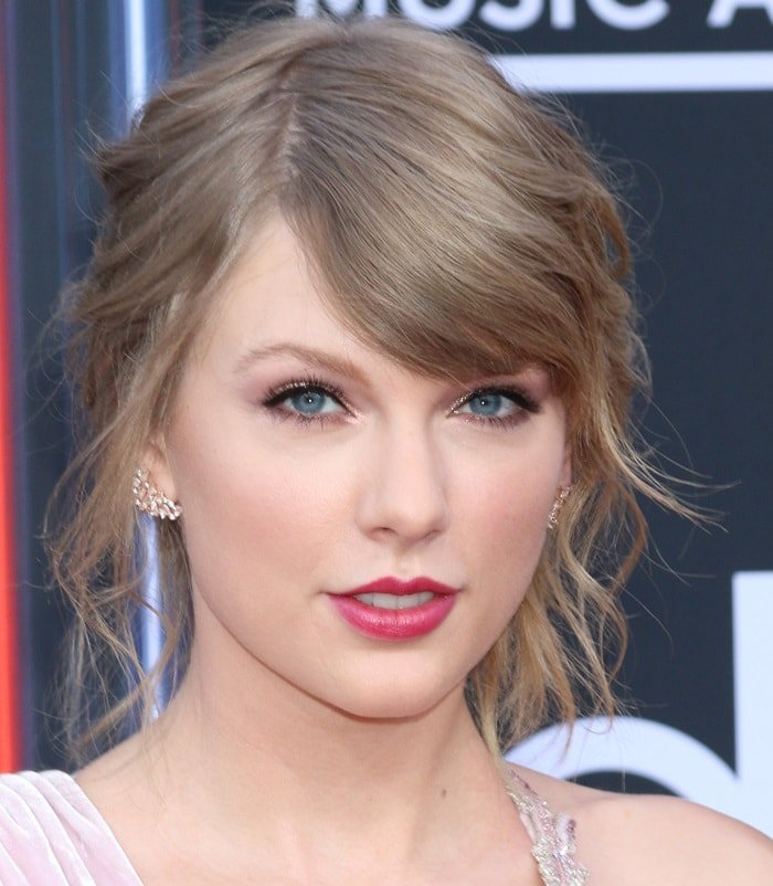 Taylor Swift showing off her Hueb earrings at the2018 Billboard Music Awards held at the MGM Grand Garden Arena in Las Vegas on May 20, 2018