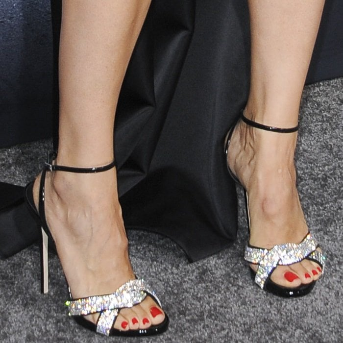 Jennifer Garner shows off her sexy feet andred-hot pedicure
