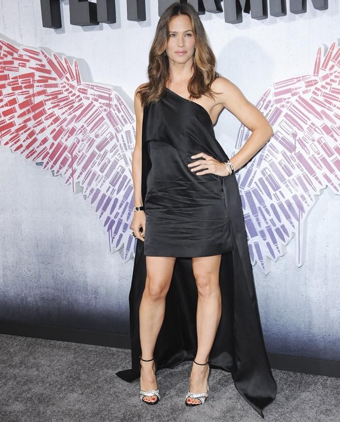 Jennifer Garner flaunts her amazing legs in aone-shoulder asymmetric drape gown