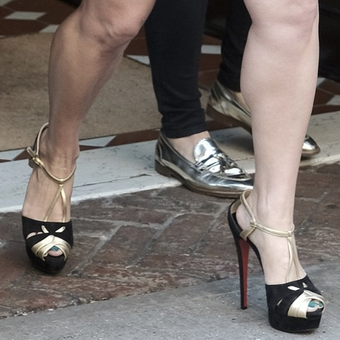 a1ef20b8518f Jessica Simpson shows off her feet in Christian Louboutin
