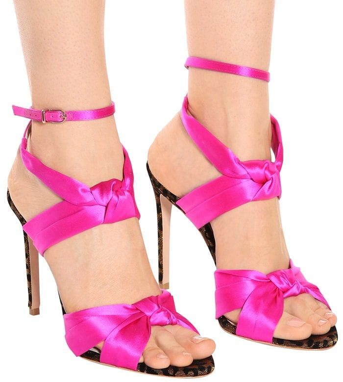 Knotted straps artfully frame the foot, while the anklet-style fastening brings support and a chic climbing silhouette