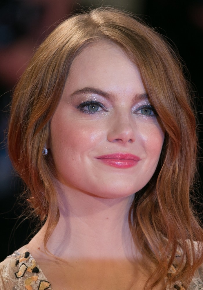 Emma Stone's pink lip color andwavy hair