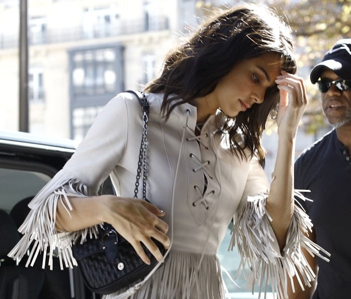 Kendall Jenner totingan 'Amazone' quilted leather crossbody bag