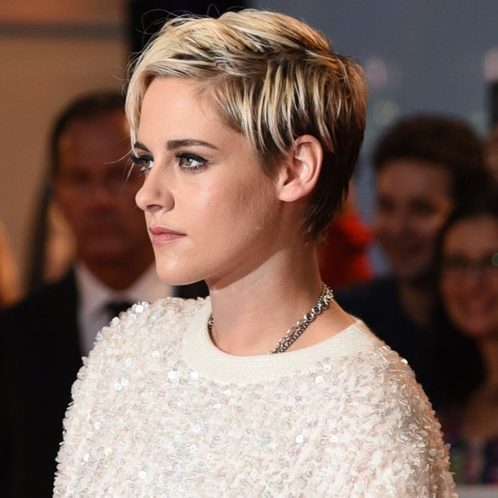Kristen Stewart shows off her new color and haircut
