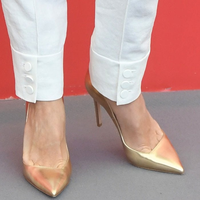 Naomi Watts shows toe cleavage in gold pointy-toe pumps