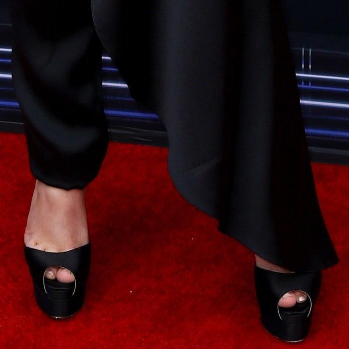 Sabrina Carpenter's sexy toes in black platform shoes
