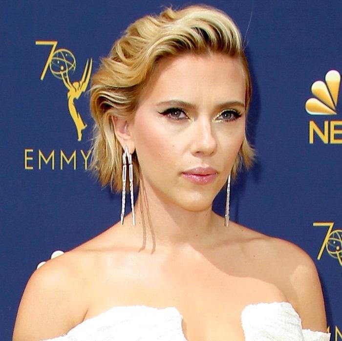 Scarlett Johansson rocksglitteryyellow eyeshadow