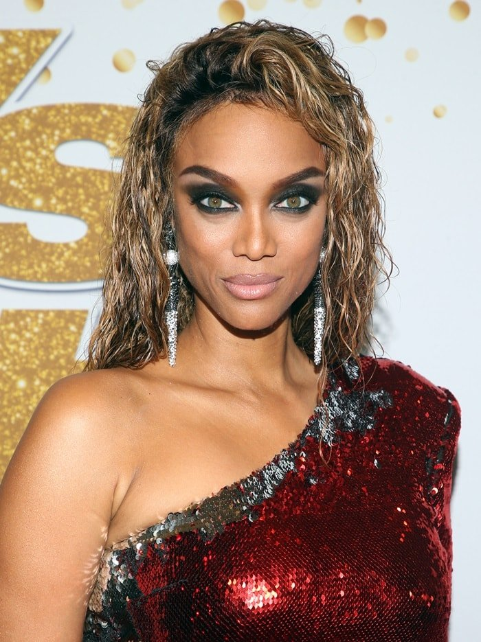 Tyra Banks shows off her Le Ciel Design earrings