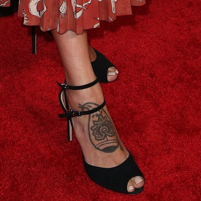 Eiza Gonzalezhas a tattoo of a tribal tree on her right foot