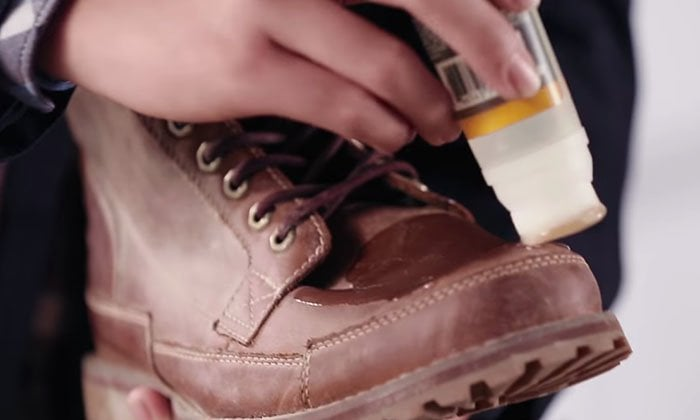 Apply a small amount of gel cleanser to the surface of the leather shoe