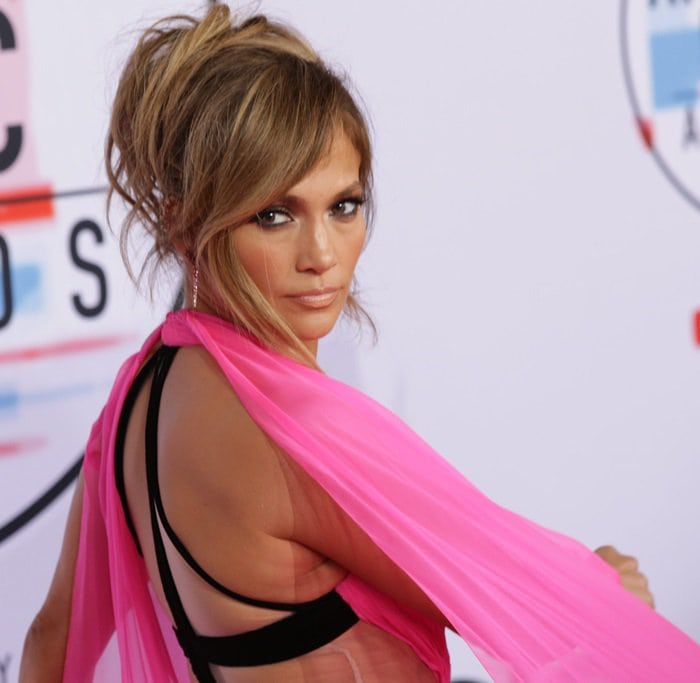 Jennifer Lopez shows off her Brumani ombre pink sapphire earrings