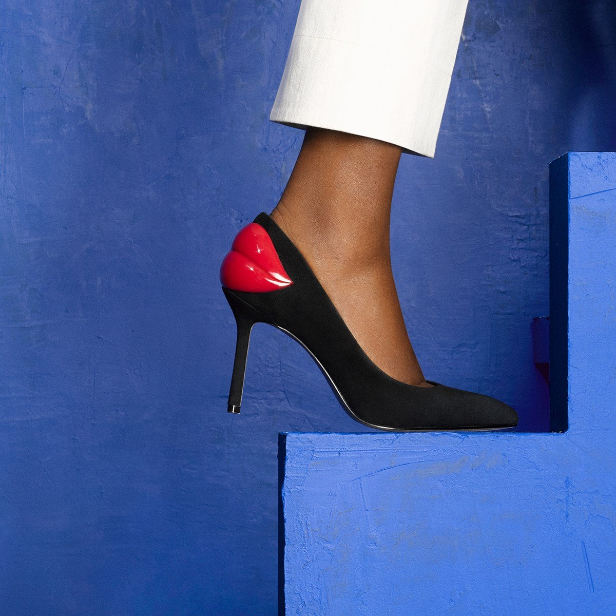 A bold pout does all the talking at the back of this sultry pointy-toe pump