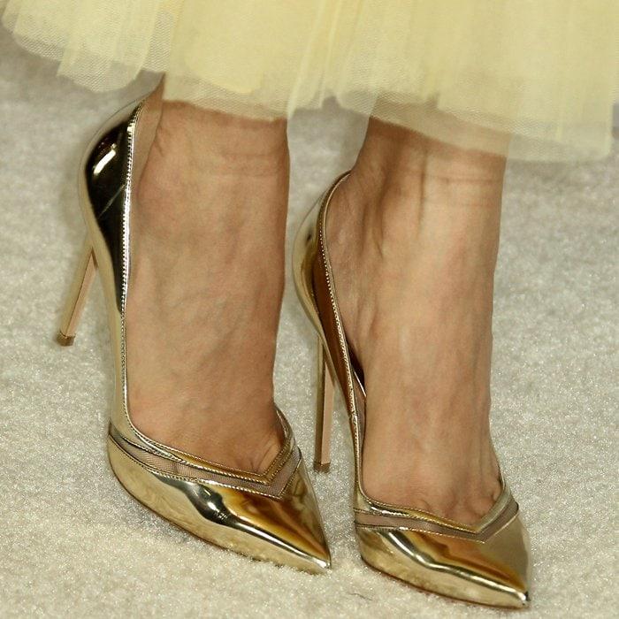 Sofia Carson reveals toe cleavage in gold VV pumps