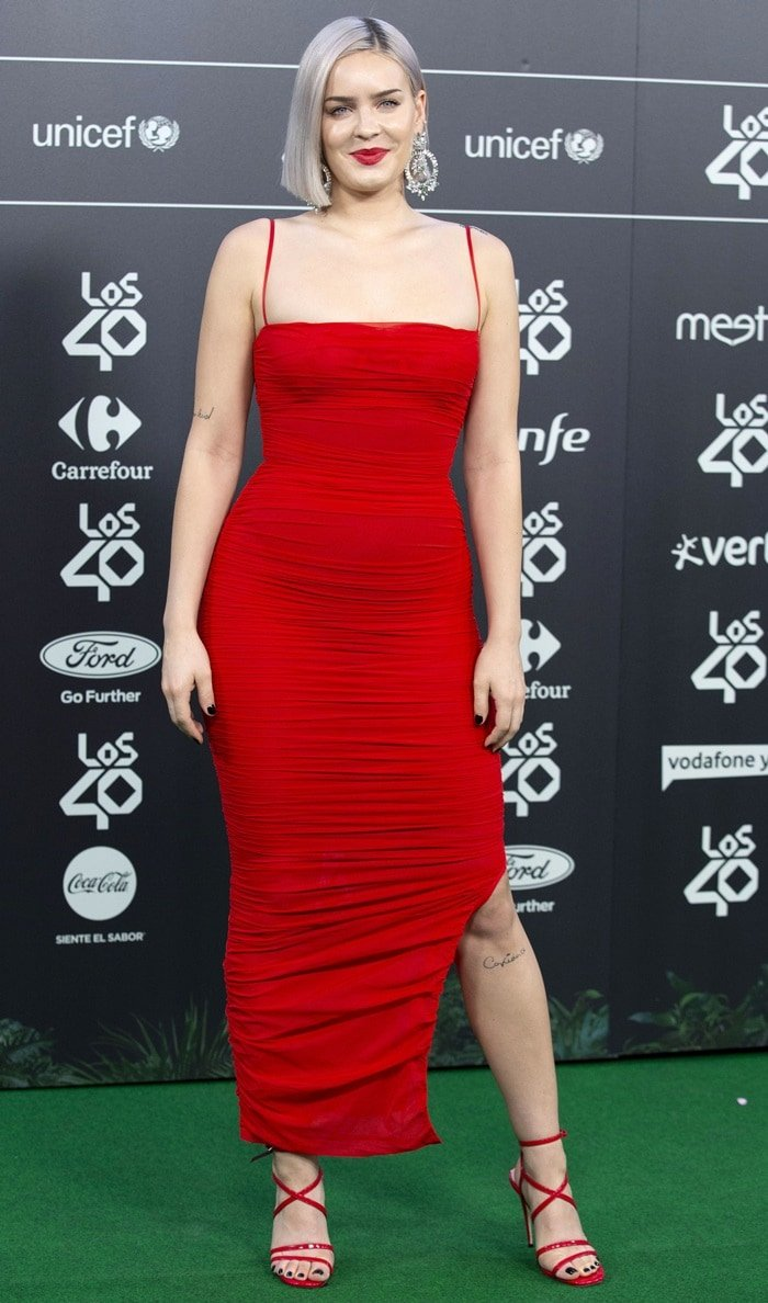 Anne-Marie flaunts her incredible legs at the annual Los 40 Music Awards gala at the WiZink Center in Madrid on November 2, 2018