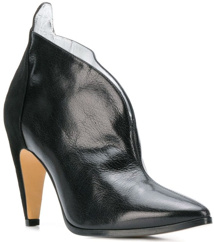These black leather boots feature a pointed toe, a branded insole, a pull tab at the rear, a high heel and an ankle length.