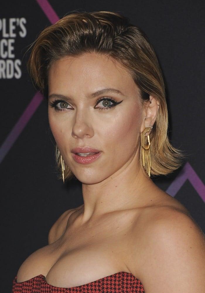 Scarlett Johansson shows off heryellow gold fringe earrings by Nikos Koulis