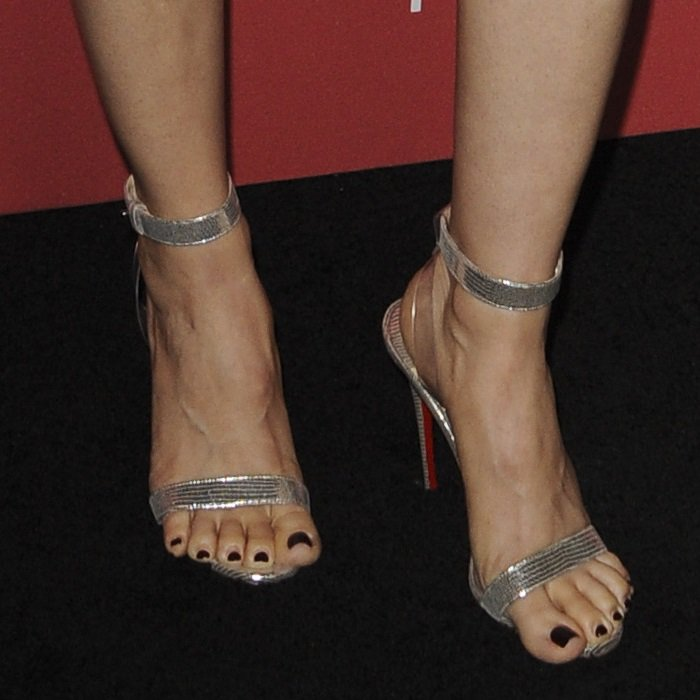 Alison Brie's feet in ill-fitting shoes