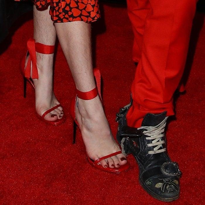 Bella Thorne's hairy unshaven legs