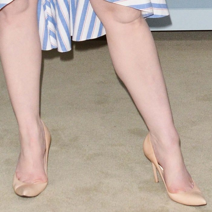 Christina Hendricks's naked legs and pretty feet in nude pumps