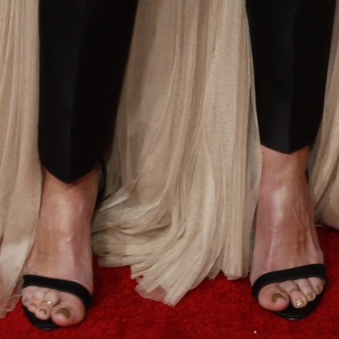 Julia Roberts shows off her nude feet and toes decorated with gold rings
