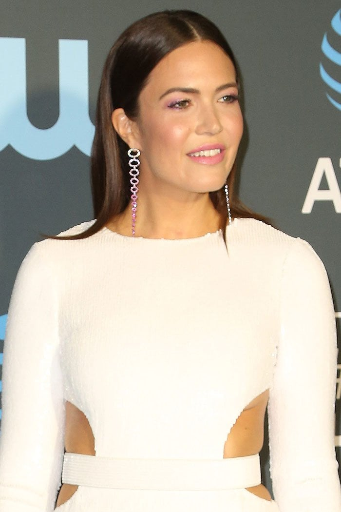 Mandy Moore's custom Michael Kors belted waist-cutout dress not only exposing her underboob but also pinching her fat at the sides