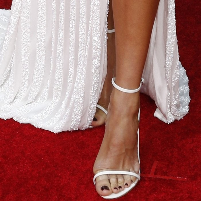 Renée Bargh shows off her nude feet in white sandals