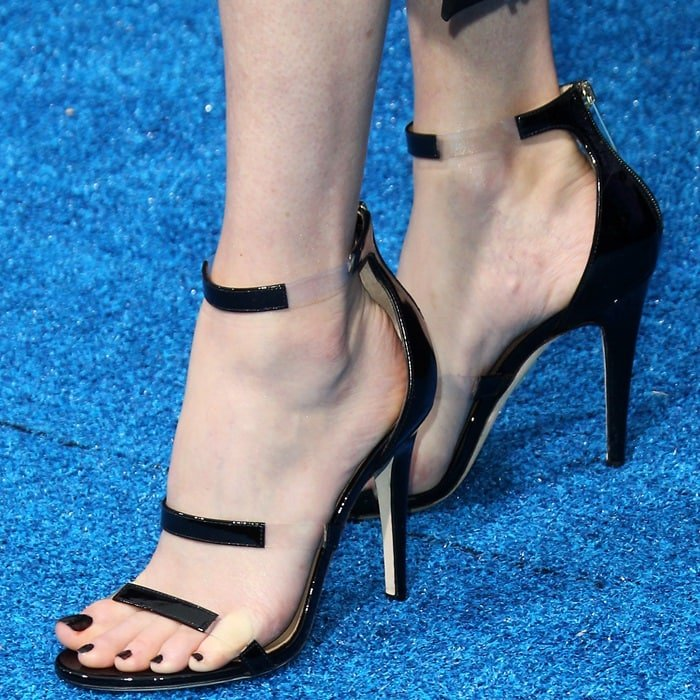 Elizabeth Banks' sexy feet in Tamara Mellon Frontline sandals