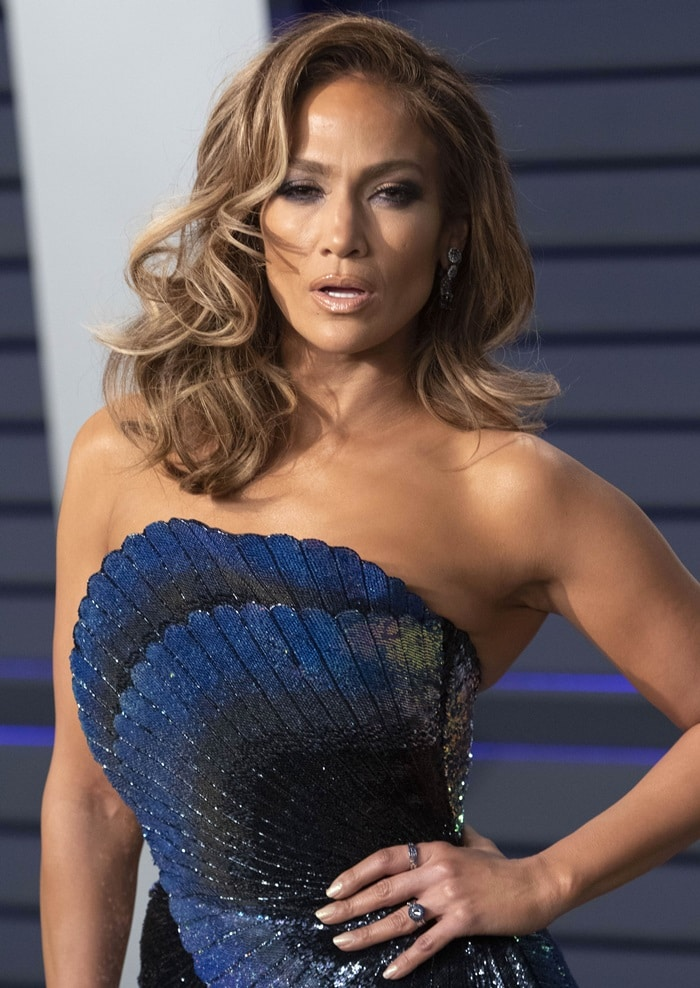Jennifer Lopez wore her hair in waves and showed off her open mouth look