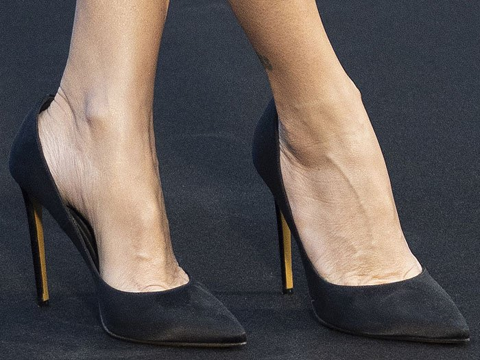 Details of the black satin pumps with stiletto heels on Penelope Cruz