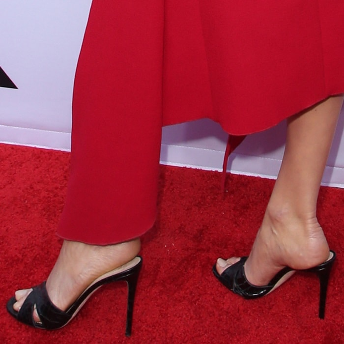 Karlie Kloss showed off her feet in ugly grandma shoes