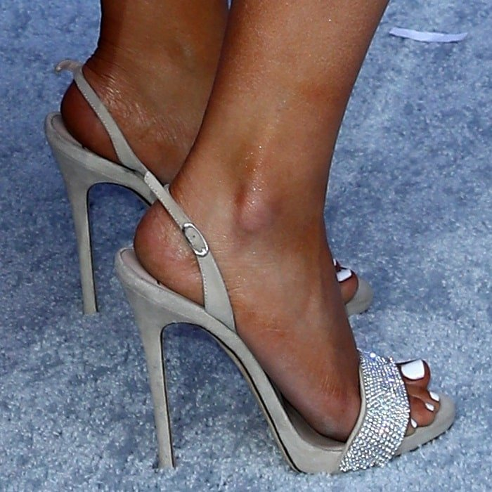 Maren Morris displayed her white pedicured toes in Giuseppe Zanotti shoes
