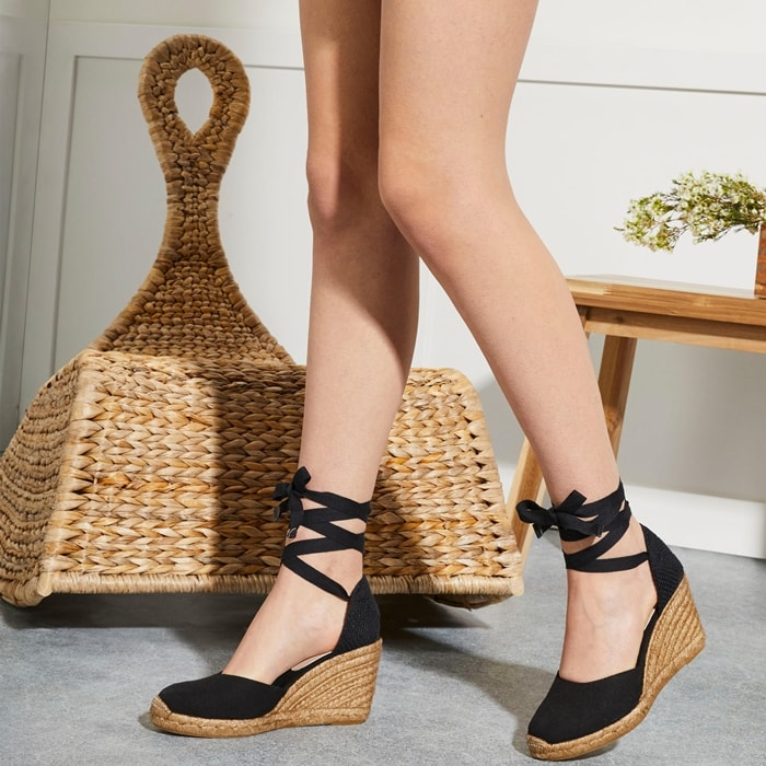 Make your style stand out in the Muschett espadrille wedges with a leather upper with jute heel