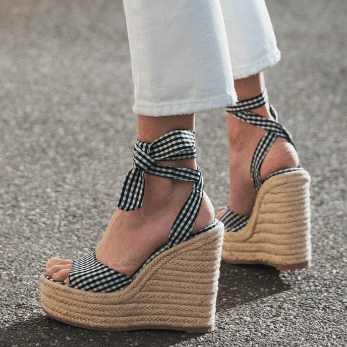 Barca wedge with thick straps that tie around the ankle, peep-toe front and espadrille wedge platform sole