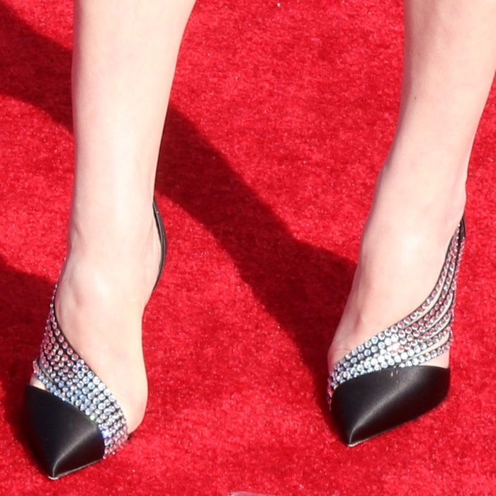 Elisabeth Moss showed off her feet in Antinorina pumps
