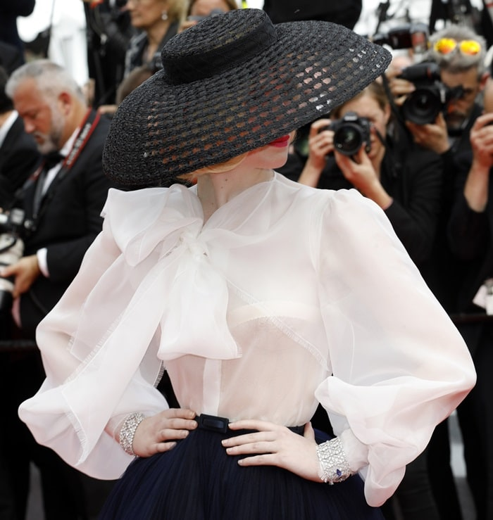 Elle Fanning's 1950s-inspired outfit took 450 hours to make