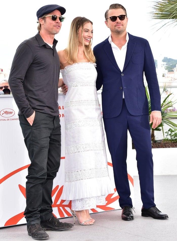 Margot Robbie posing with her co-stars Brad Pitt and Leonardo DiCaprio