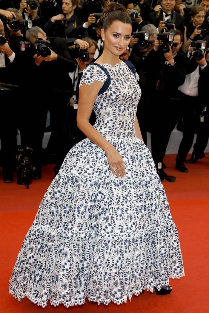 Penelope Cruz looked super short in her massive Chanel gown