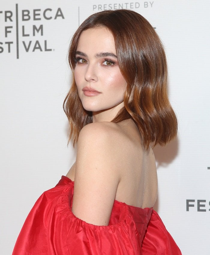 Zoey Deutch with natural makeup on the red carpet at the premiere of Buffaloed